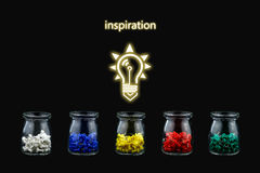 Chinchetas del color y botellas e iluminación Imágenes de archivo libres de regalías