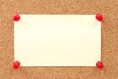 Chinchetas y papel de nota Foto de archivo