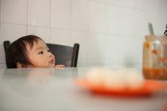 Chinees Aziatisch meisje bij de winkel van de kippenrijst in Melaka Stock Foto's