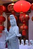 Chinees Boeddhistisch standbeeld en rode lantaarns stock afbeeldingen
