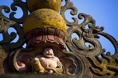 Chinees buddistbeeldhouwwerk op het dak Stock Fotografie