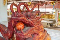 Chinees die draakhoofd uit hout wordt gemaakt stock fotografie