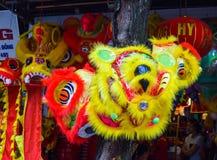 Chinees die leeuwkostuum tijdens Chinese Nieuwjaarviering wordt gebruikt Stock Afbeeldingen