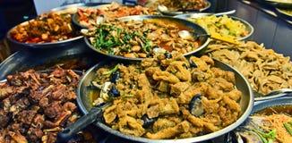 Chinees die straatvoedsel in de Chinatown van Bangkok wordt verkocht stock foto