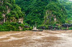 Chinees dorp en een boot op de Rivier Yangtze stock afbeelding