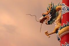 Chinees draakbeeld bij schemer Royalty-vrije Stock Foto