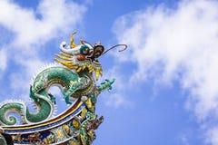Chinees draakstandbeeld op het dak van Leong San Tong Khoo Kongsi, Penang Stock Foto