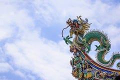 Chinees draakstandbeeld op het dak van Leong San Tong Khoo Kongsi, Penang Royalty-vrije Stock Foto