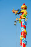 Chinees Dragon Wrapped rond rode pool Stock Foto's