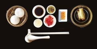 Chinees Geplaatst Dim Sum en verscheidenheid van saus Stock Foto
