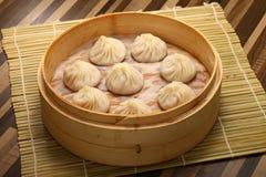 Chinees gestoomd die broodje met varkensvlees en groenten wordt gevuld Stock Afbeelding