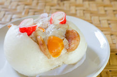 Chinees gestoomd die broodje met varkensvlees wordt gevuld Stock Foto