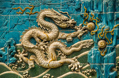 Chinees Gouden Dragon Wall Stock Foto's