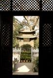 Chinees heiligdom door de deuropening Royalty-vrije Stock Foto's