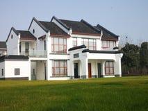 Chinees huis in traditionele stijl met gazon stock afbeeldingen