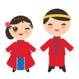 Chinees jongen en meisje in nationale kostuum en hoed De beeldverhaalkinderen in traditioneel China kleden zich Geïsoleerdj op wi vector illustratie