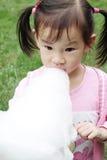 Chinees kind die gesponnen suiker eten Royalty-vrije Stock Foto's