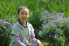Chinees kind met bloemen stock fotografie