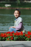 Chinees kind met bloemen stock afbeeldingen