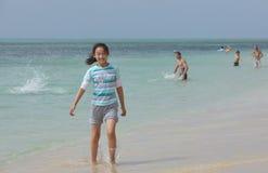 Chinees kind op het strand Stock Foto