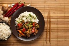 Chinees kleverig varkensvleeslendestuk dat met een zoete en smakelijke sauc wordt geroosterd Stock Foto's