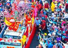 Chinees Lantaarnfestival met kleurrijke die draken, leeuw, auto's, in de straten worden gemarcheerd Stock Afbeeldingen