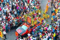 Chinees Lantaarnfestival met kleurrijke die draken, leeuw, auto's, in de straten worden gemarcheerd Stock Afbeelding