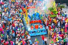 Chinees Lantaarnfestival met kleurrijke die draken, leeuw, auto's, in de straten worden gemarcheerd Stock Foto's