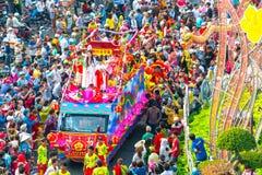 Chinees Lantaarnfestival met kleurrijke die draken, leeuw, auto's, in de straten worden gemarcheerd royalty-vrije stock foto's