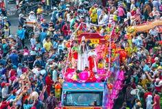 Chinees Lantaarnfestival met kleurrijke die draken, leeuw, auto's, in de straten worden gemarcheerd Royalty-vrije Stock Fotografie