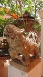 Chinees leeuwbeeldhouwwerk die de tempel bewaken Stock Foto's