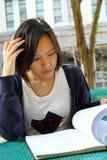 Chinees meisje dat boeken leest Stock Foto