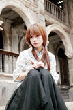 Chinees meisje dat in gedachte wordt verloren Stock Fotografie