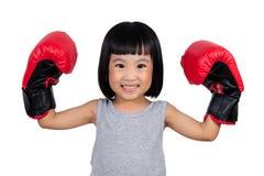 Chinees meisje die bokshandschoen dragen Stock Foto's