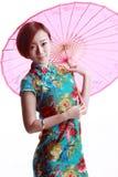 Chinees meisje die een cheongsam dragen. Stock Afbeeldingen