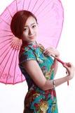 Chinees meisje die een cheongsam dragen. Stock Foto