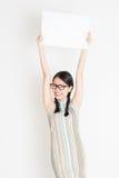 Chinees meisje die witte lege document kaart houden royalty-vrije stock fotografie