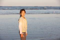 Chinees meisje op het strand Royalty-vrije Stock Fotografie