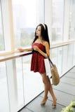 Chinees meisje in winkelcomplex. Stock Foto