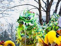 Chinees nieuw jaar 2019 Parijs Frankrijk - draak het dansen stock fotografie