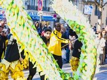 Chinees nieuw jaar 2019 Parijs Frankrijk - draak het dansen stock afbeelding