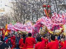 Chinees nieuw jaar 2019 Parijs Frankrijk - draak het dansen stock afbeeldingen