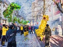 Chinees nieuw jaar 2019 Parijs Frankrijk - draak het dansen stock foto