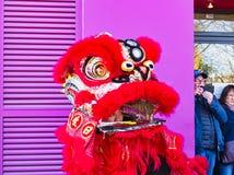 Chinees nieuw jaar 2019 Parijs Frankrijk - Leeuw het dansen royalty-vrije stock afbeeldingen