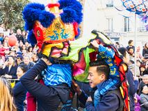 Chinees nieuw jaar 2019 Parijs Frankrijk - Leeuw het dansen stock afbeeldingen