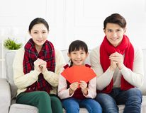 Chinees Nieuwjaar Aziatische familie met Gelukwensgebaar Stock Foto
