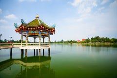 Chinees paviljoen in het meer stock afbeelding