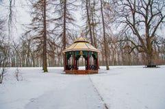 Chinees paviljoen in park stock afbeeldingen