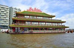 Chinees restaurant boven de kanalen van Amsterdam in Holland Stock Afbeelding