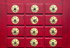 Chinees rood houten kabinet met hiërogliefen Stock Fotografie